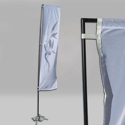 Fly Banner rectangular individual y detalle. Con bandera vertical de publicidad.