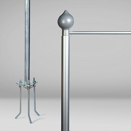 Mástil de aluminio de 6 m. Detalle de base y top con brazo de potencia y pináculo