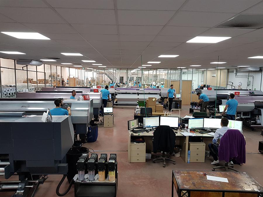 Sala de máquinas e impresoras de la fábrica de banderas Ádivin