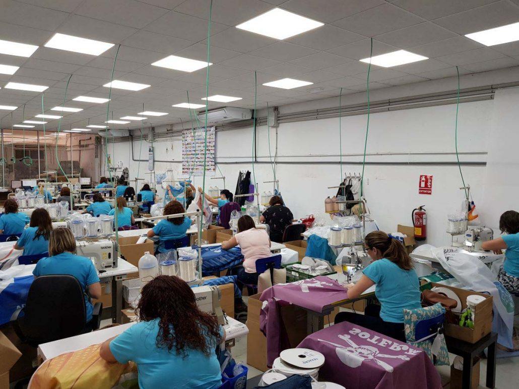 Costureras en el taller de confección de nuestra fábrica de banderas