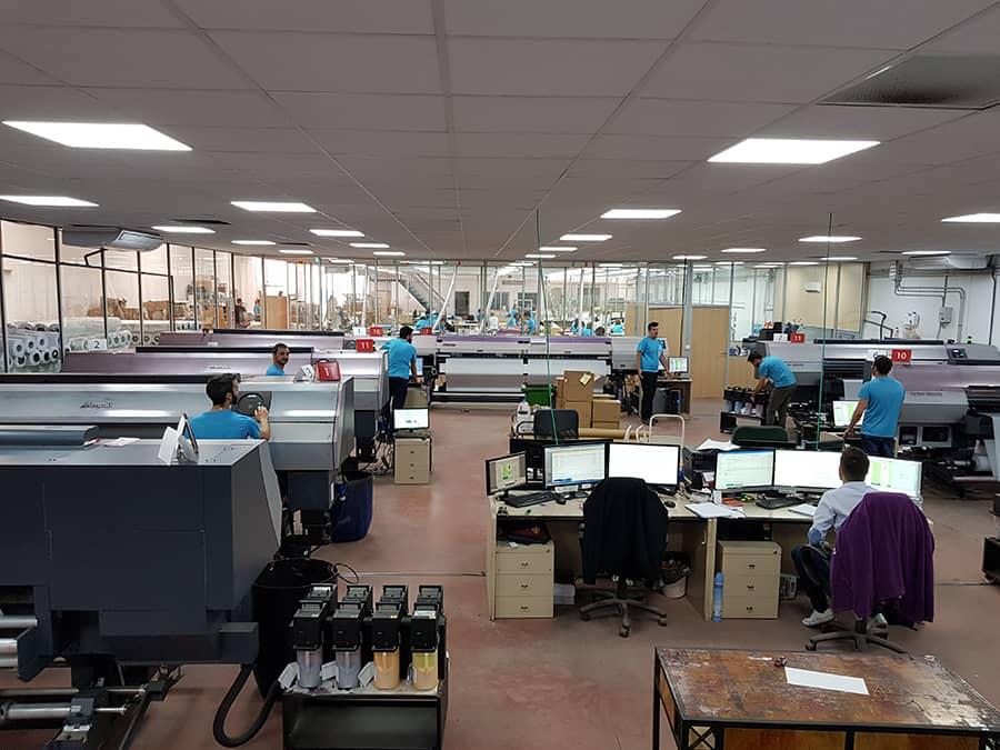Sala macchine e stampanti della fabbrica di bandiere Ádivin